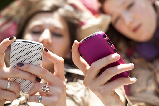 girls-texting-27859.jpg